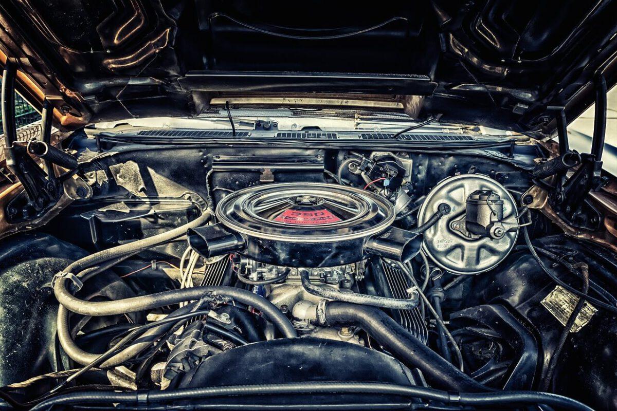 Ilmansuodatin auton moottorissa